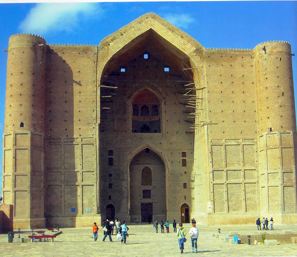 External ceramic brick arch of Khoja Ahmad Yasawi Mausoleum, in style of Ctesiphon, Iraq (Image courtesy of AZAN, Kazakhstan)